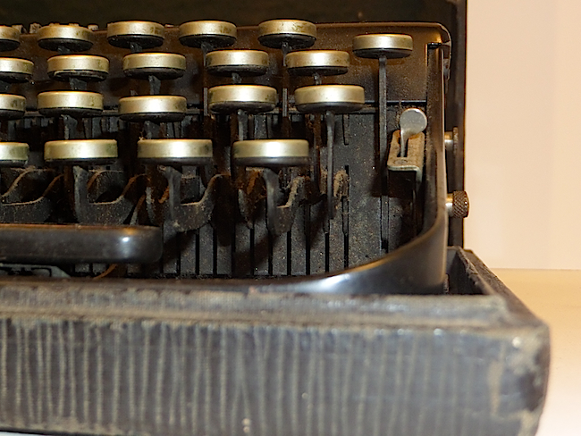 1921 Remington Portable Typewriter no slot for right shift key