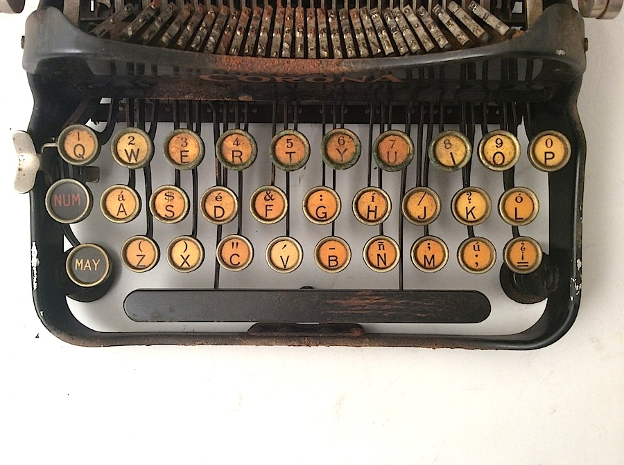 Corona No 3 with Spanish keyboard